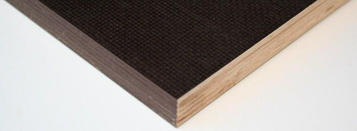 Siebdruckplatte in Birke d+d BFU 100 mit werksseitiger imprägnierter Kante und einer abgeschnittenen Kante. Diese muss beim Verbau richtig nachversiegelt werden.